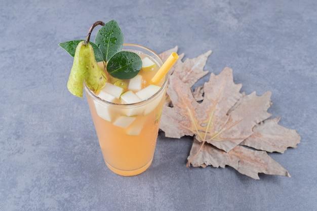 Zamknij się zdjęcie mieszanego soku owocowego na szarym tle.