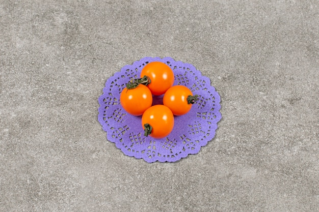 Zamknij się zdjęcie organicznych żółtych pomidorów cherry.