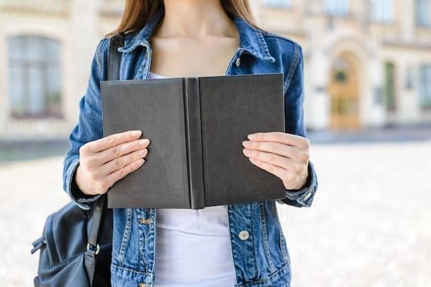 Zamknij się zdjęcie osoby posiadającej otwartą książkę