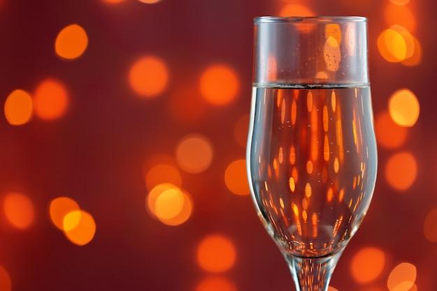 Zamknij się zdjęcie pełnego szampana przed niewyraźne światła