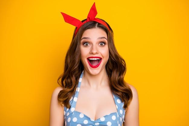 Zamknij się zdjęcie pozytywnej wesołej zaskoczonej dziewczyny pod wrażeniem krzyku