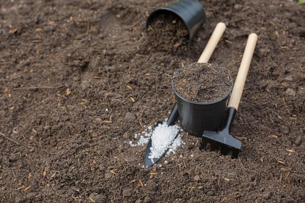 Zamknij się zdjęcie sprzętu ogrodniczego umieszczonego na glebie