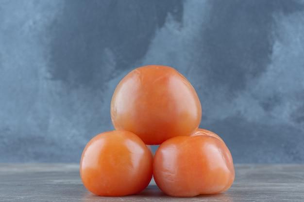 Zamknij się zdjęcie stosu czerwonych świeżych pomidorów.