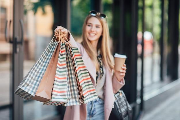 Zamknij się zdjęcie. styl uliczny, strój. kobieta z pakietem na zakupy. detale.