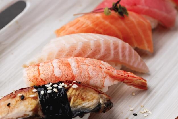 Zamknij się zdjęcie sushi nigiri na talerzu