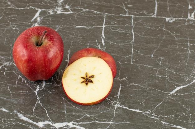 Zamknij się zdjęcie świeżego jabłka w całości lub w plasterkach.