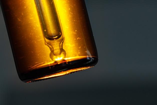Zamknij się zdjęcie szklanego pojemnika kosmetyków dla produktów oleistych tekstury