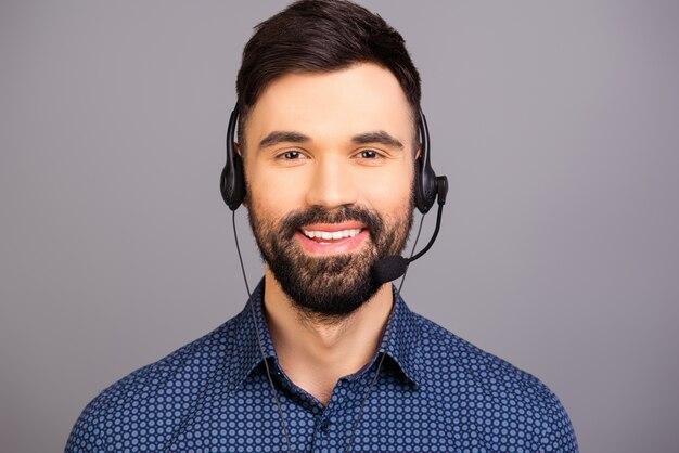 Zamknij się zdjęcie uśmiechniętego młodego agenta call center
