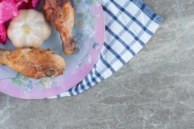 Zamknij się zdjęcie z grilla podudzia z kurczaka.