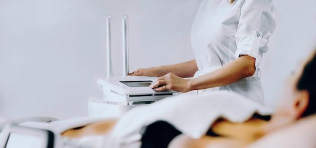 Zamknij się zdjęcie zabiegu kriolipolizy tłuszczu wykonanego w nowoczesnym salonie spa
