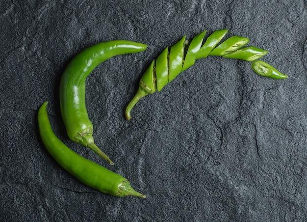 Zamknij się zdjęcie zielonej papryki chili. wysokiej jakości zdjęcie