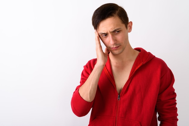 Zamknij się zestresowany młody człowiek myśli mając ag ból głowy