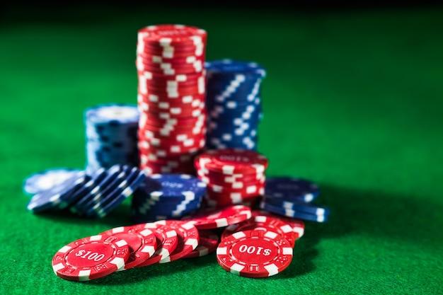 Zamknij się żetony w kasynie na zielonej powierzchni stołu