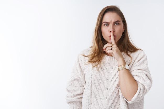 Zamknij się. zirytowany apodyktyczny niezadowolony zły kobiety uciszające nie mów przestań krzyczeć głośne trzymanie palca wskazującego na ustach