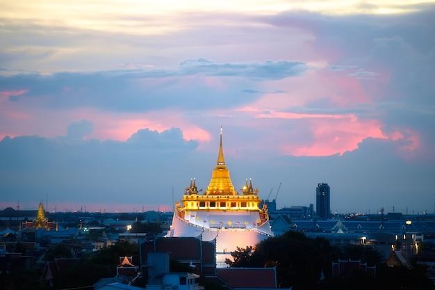Zamknij się złota góra w bangkoku o zachodzie słońca