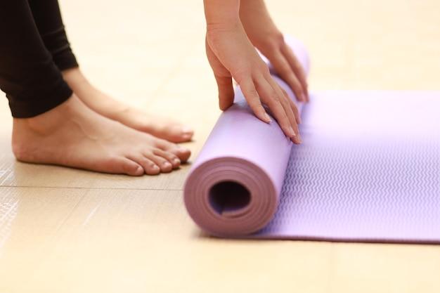 Zamknij się zwijanie maty do jogi