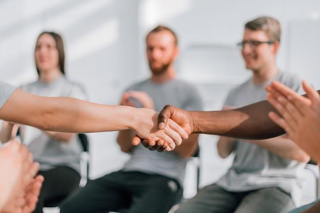Zamknij silny uścisk dłoni partnerów podczas międzynarodowego