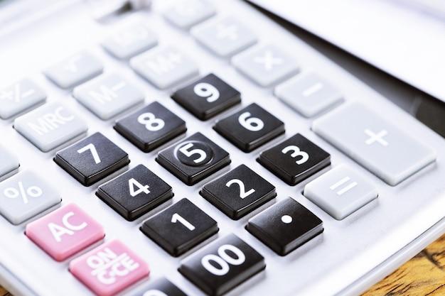 Zamknij skupienie się kalkulatora na klawiaturze z przyciskiem