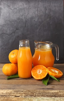 Zamknij sok pomarańczowy i owoce dla dobrego zdrowia
