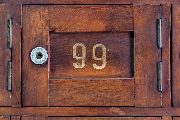 Zamknij stare drewniane post box z numerem 99
