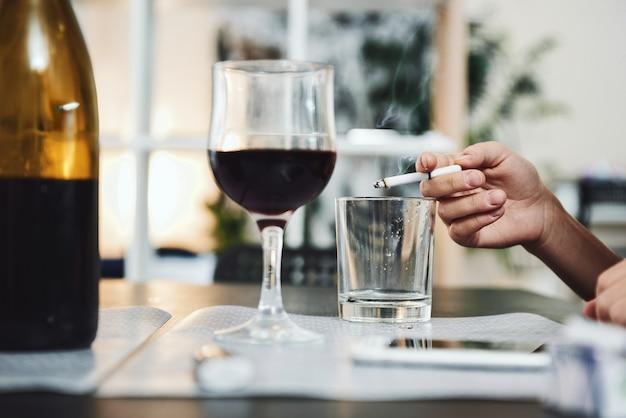 Zamknij stół osoby uzależnionej od alkoholu