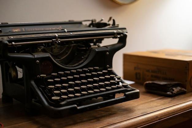 Zamknij szczegóły starożytnej maszyny do pisania w słabym świetle
