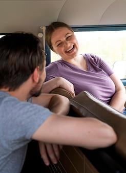 Zamknij szczęśliwych przyjaciół w samochodzie