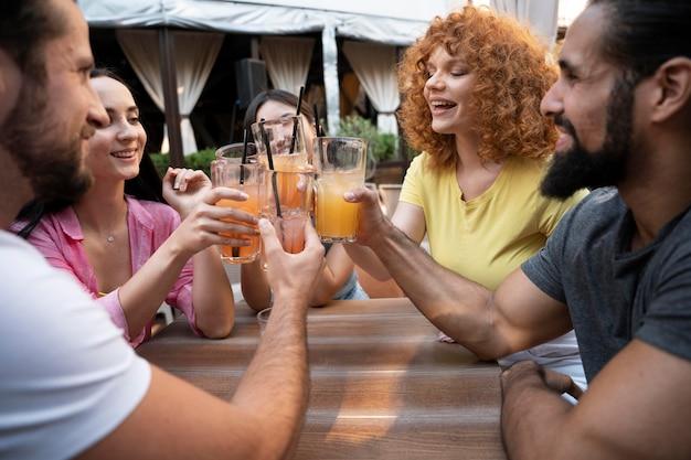 Zamknij szczęśliwych przyjaciół z napojami