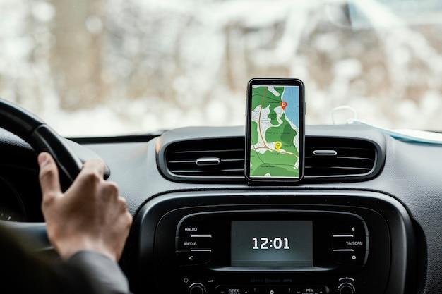 Zamknij telefon komórkowy ze wskazówkami na mapie