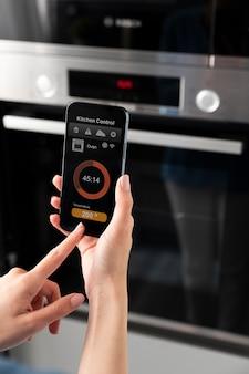 Zamknij telefon z kontrolą w kuchni kitchen