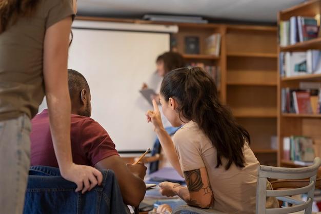 Zamknij uczniów uczących się razem