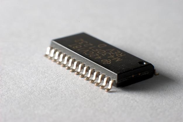 Zamknij układ elektroniczny smd w obudowie soic. pojęcie urządzeń i sprzętu elektrycznego