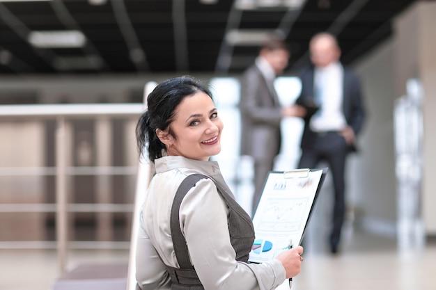 Zamknij up.business kobieta z raportem finansowym. zdjęcie z miejscem na tekst
