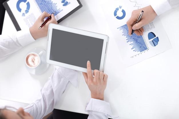 Zamknij up.business zespół omawiający nowy plan finansowy. pomysł na biznes