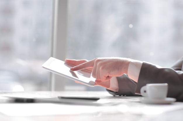 Zamknij up.businessman wpisując tekst na smartfonie. zdjęcie z miejscem na kopię