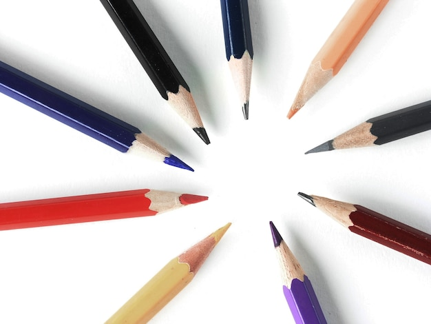 Zamknij up.colored ołówki ułożone w okrąg na białym tle.