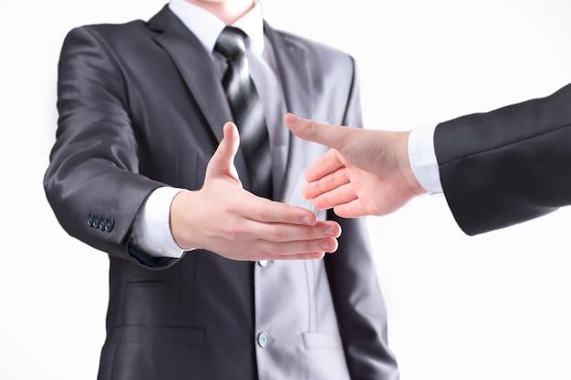 Zamknij up.dwóch biznesmenów wyciągających ręce do uścisku dłoni. koncepcja partnerstwa