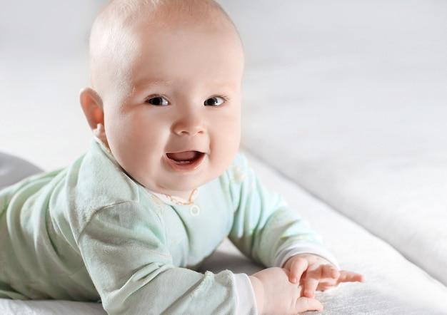 Zamknij up.portrait całkiem małe dziecko na niewyraźne background.photo z miejsca na kopię.