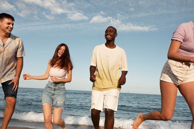 Zamknij uśmiechniętych ludzi na morzu