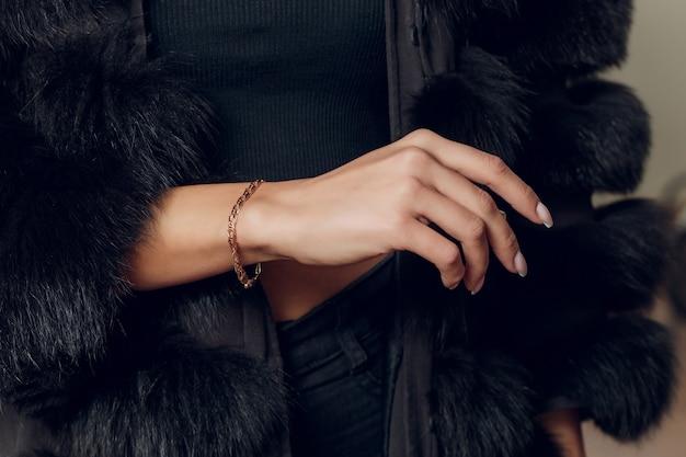 Zamknij w górę szczegóły bransoletki na model kobiecej dłoni - obraz pięknej musującej bransoletki akcesorium mody.