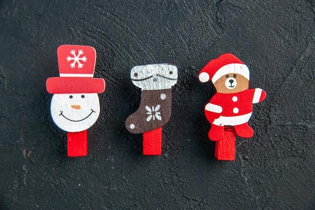 Zamknij widok akcesoriów do dekoracji nowego roku na czarnej powierzchni