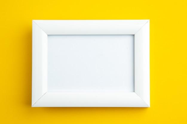 Zamknij widok białej pustej ramki na żółto z wolną przestrzenią