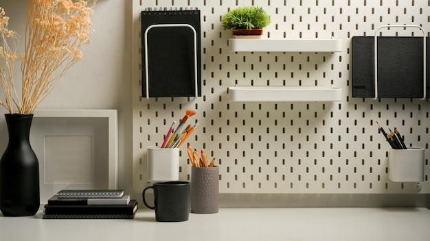 Zamknij widok biurka domowego z materiałami piśmiennymi na półkach
