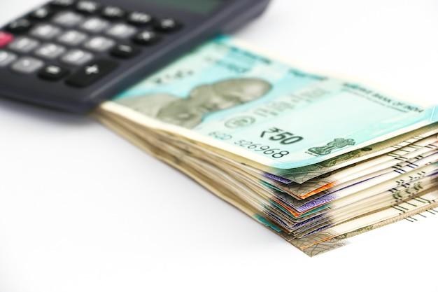 Zamknij widok kalkulatora nad zupełnie nowymi indyjskimi banknotami 50 100 200 500 rupii