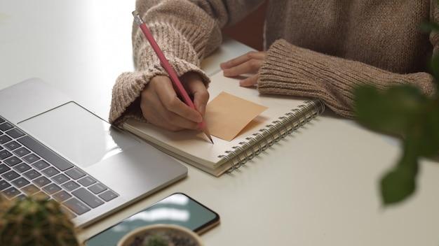 Zamknij widok kobiecej dłoni pisania