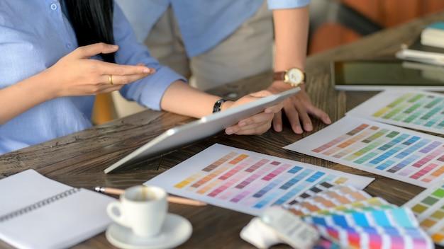 Zamknij widok konsultantów zespołu projektantów do wyboru koloru dla swojego projektu