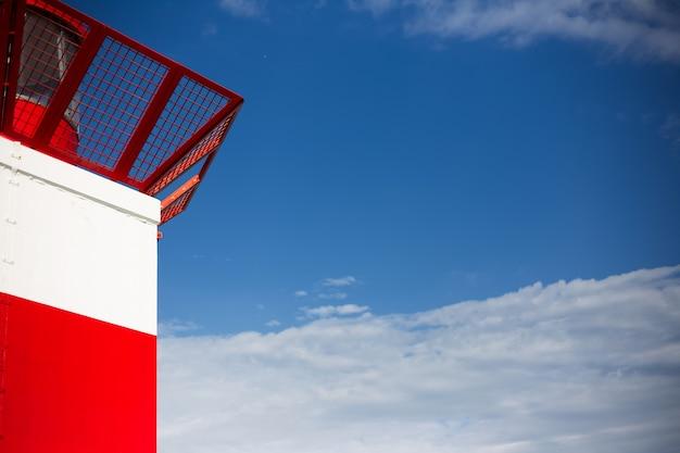 Zamknij widok latarni morskiej na błękitnym niebie.