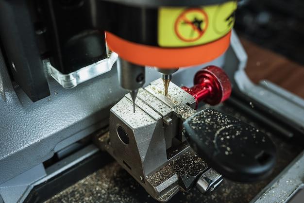 Zamknij widok maszyny do kopiowania kluczy z kluczem powiel maszynę, aby utworzyć nowy kluczowy motyw ślusarz