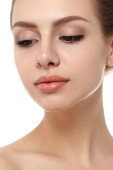 Zamknij widok młodej pięknej kobiety kaukaski na białym tle. konturowanie ust, terapia spa, pielęgnacja skóry, kosmetologia