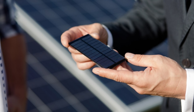 Zamknij widok na elementy fotowoltaiczne panelu słonecznego.